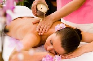 Frau bekommt eine Kerzenwachs Massage